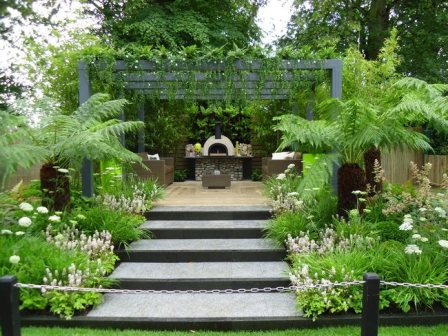 Live outdoors - Hampton Court Flower show