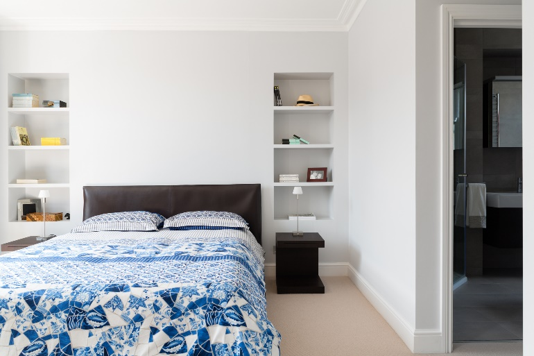 Blue bed, light wood flooring - GranitArchitects
